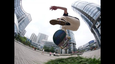 Alex Mizurov & Gino Körner in China | Irregular Skateboard Magazin
